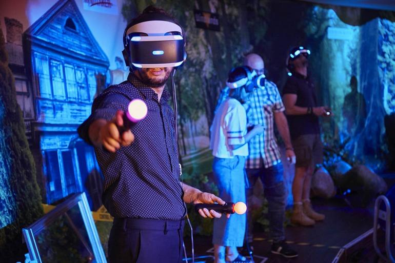 Los visitantes pueden jugar a varios juegos de PS VR